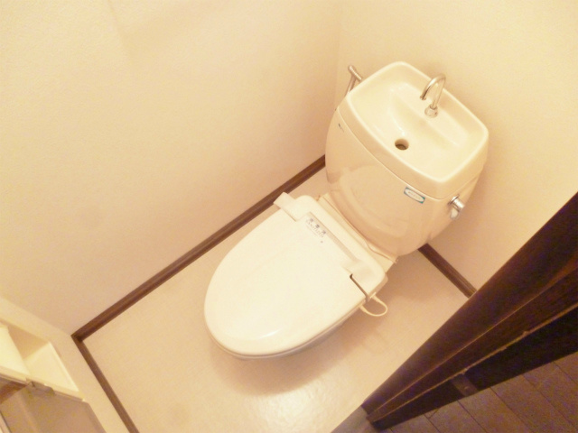 トイレも収納付きです