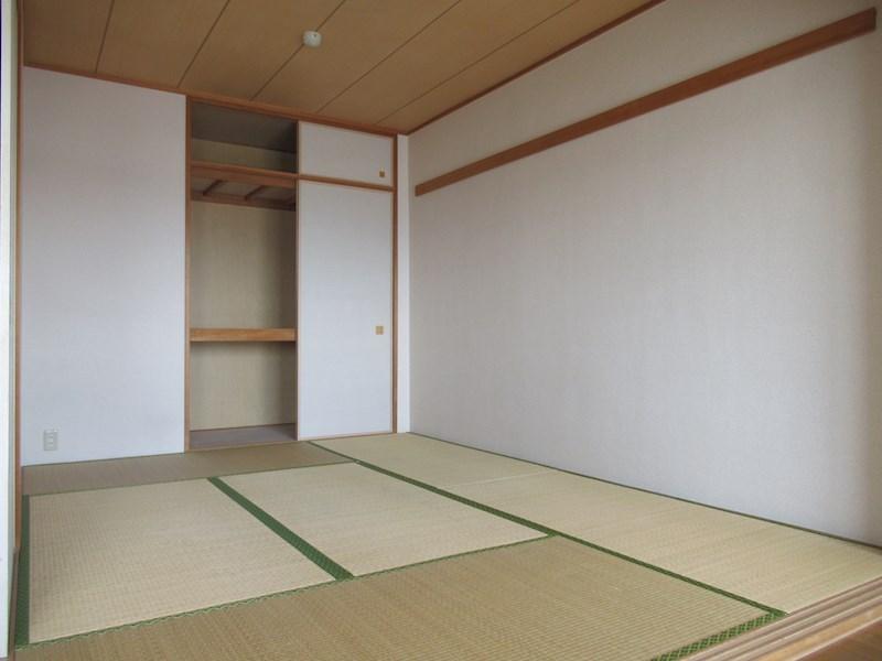 リビングダイニングキッチンの横に和室があります。
