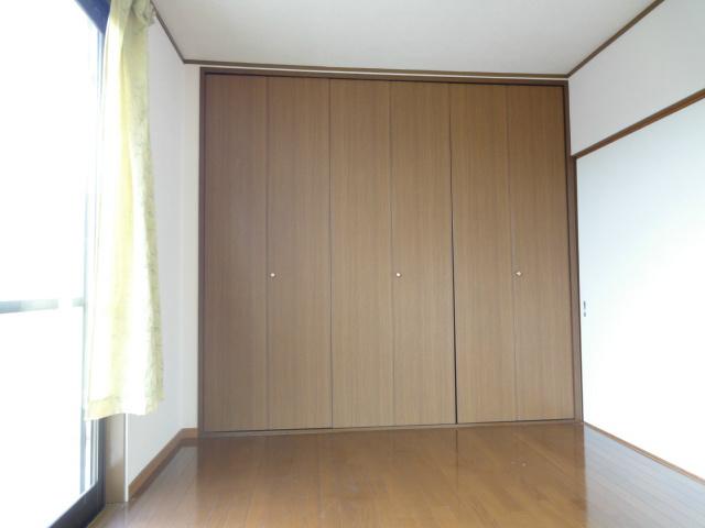 収納スペースがある寝室になります、