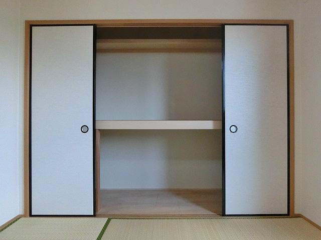 和室にあるワイドな押入れスペース。