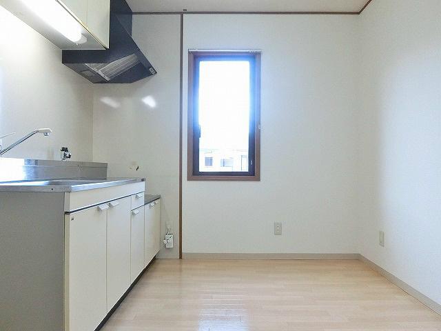 光と風を取り込むことができる窓付きのキッチン。