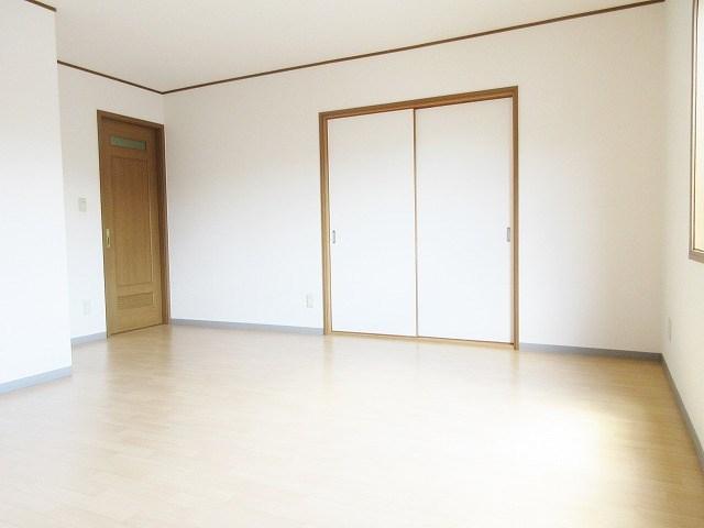 引き戸を開放することで、和室からの光を取り込めます。